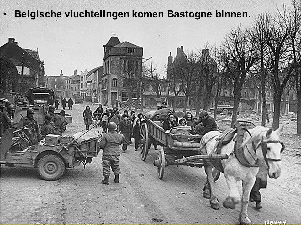 Belgische vluchtelingen komen Bastogne binnen.