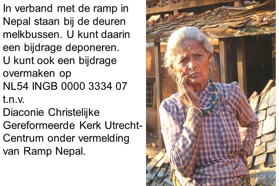 In verband met de ramp in Nepal staan bij de deuren melkbussen