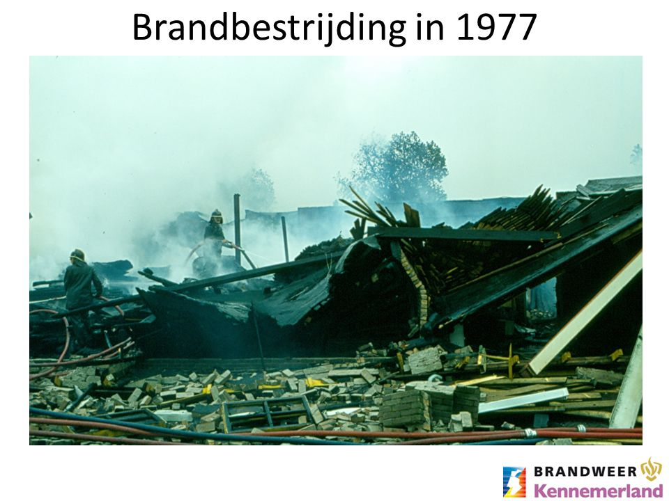 Brandbestrijding in 1977 Een grote brand in 1977 in IJmuiden.