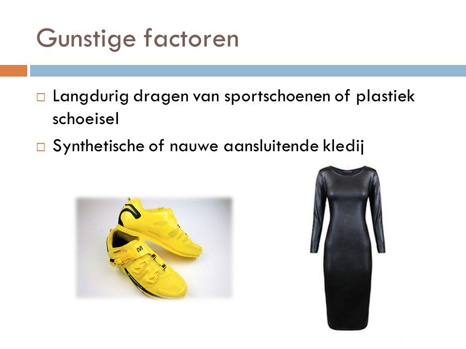Gunstige factoren Langdurig dragen van sportschoenen of plastiek schoeisel.