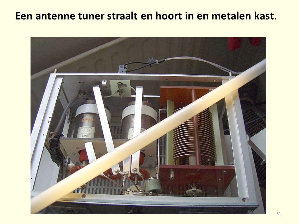 Een antenne tuner straalt en hoort in en metalen kast.