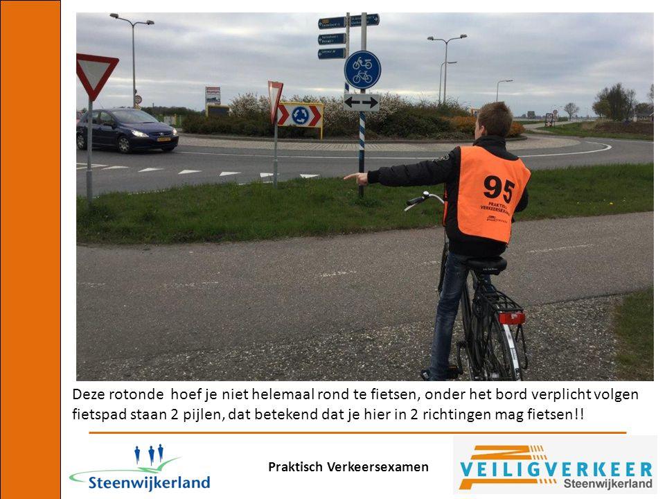 Deze rotonde hoef je niet helemaal rond te fietsen, onder het bord verplicht volgen