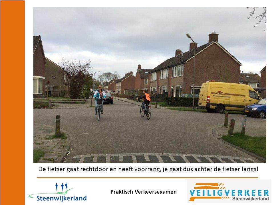 De fietser gaat rechtdoor en heeft voorrang, je gaat dus achter de fietser langs!