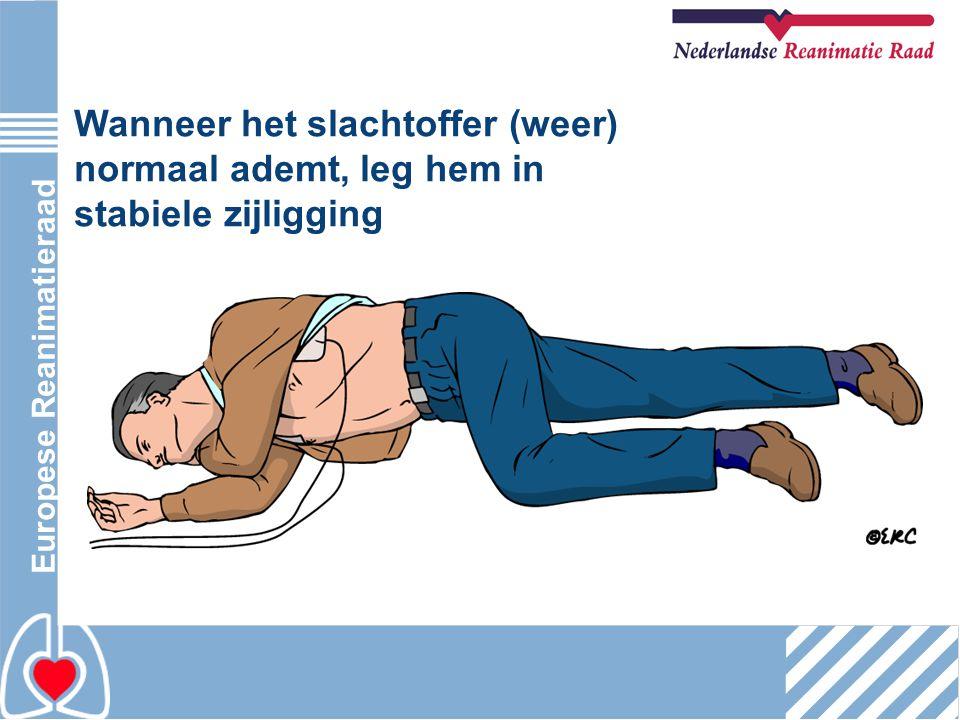 Wanneer het slachtoffer (weer) normaal ademt, leg hem in stabiele zijligging