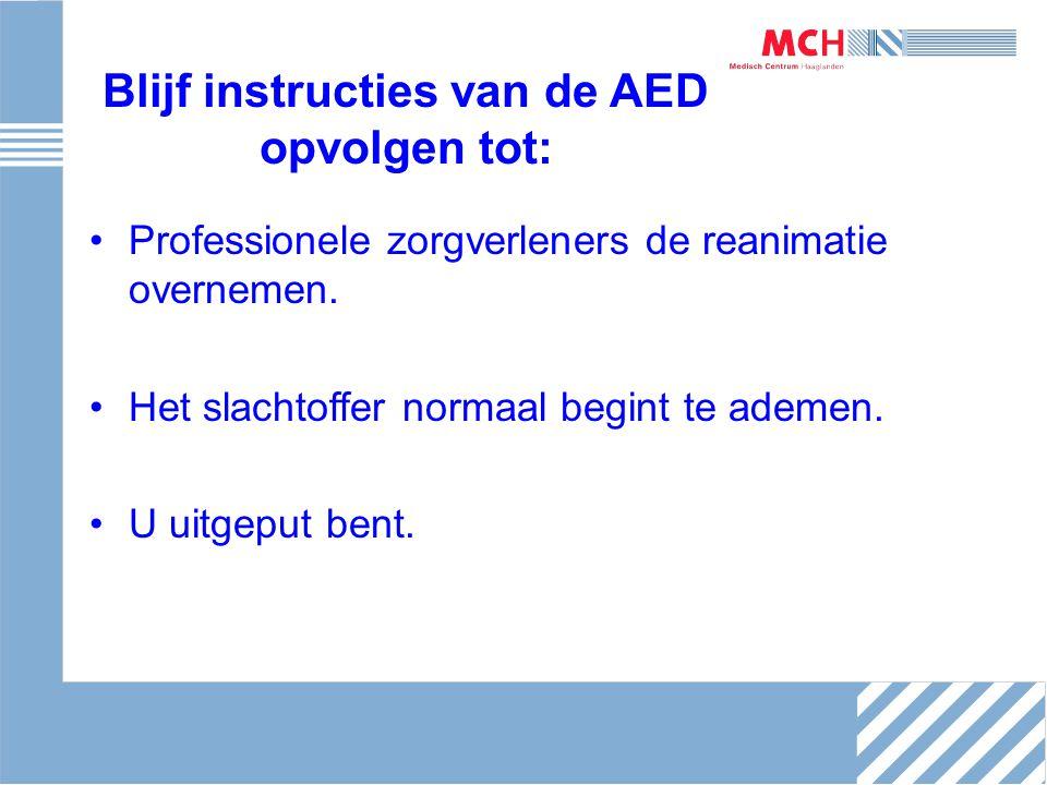 Blijf instructies van de AED opvolgen tot: