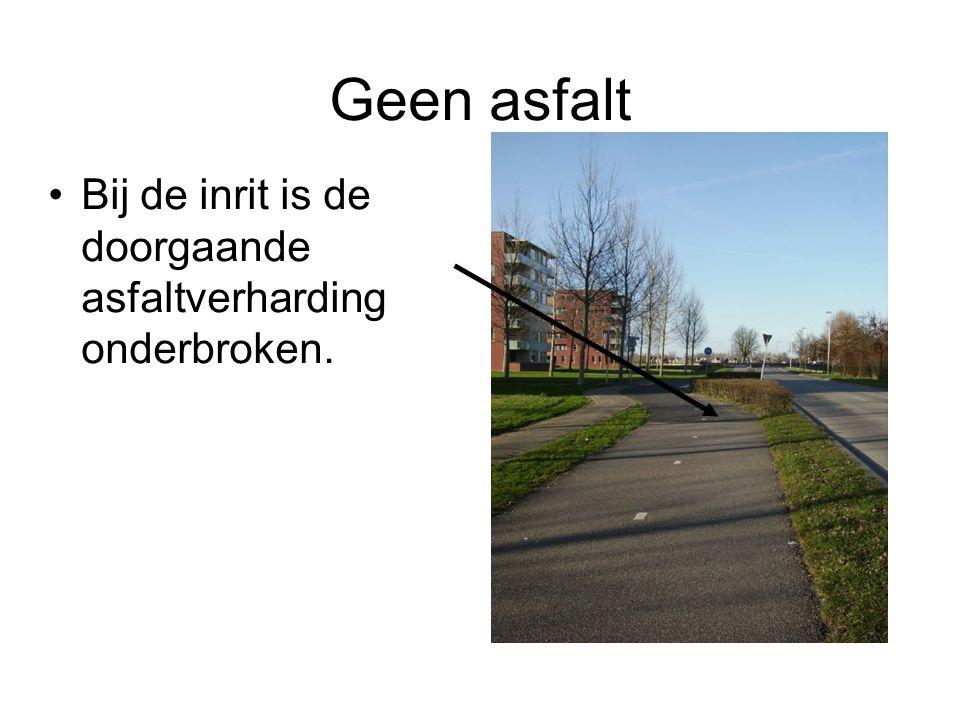 Geen asfalt Bij de inrit is de doorgaande asfaltverharding onderbroken.