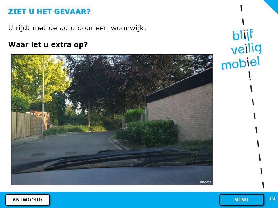 U rijdt met de auto door een woonwijk. Waar let u extra op
