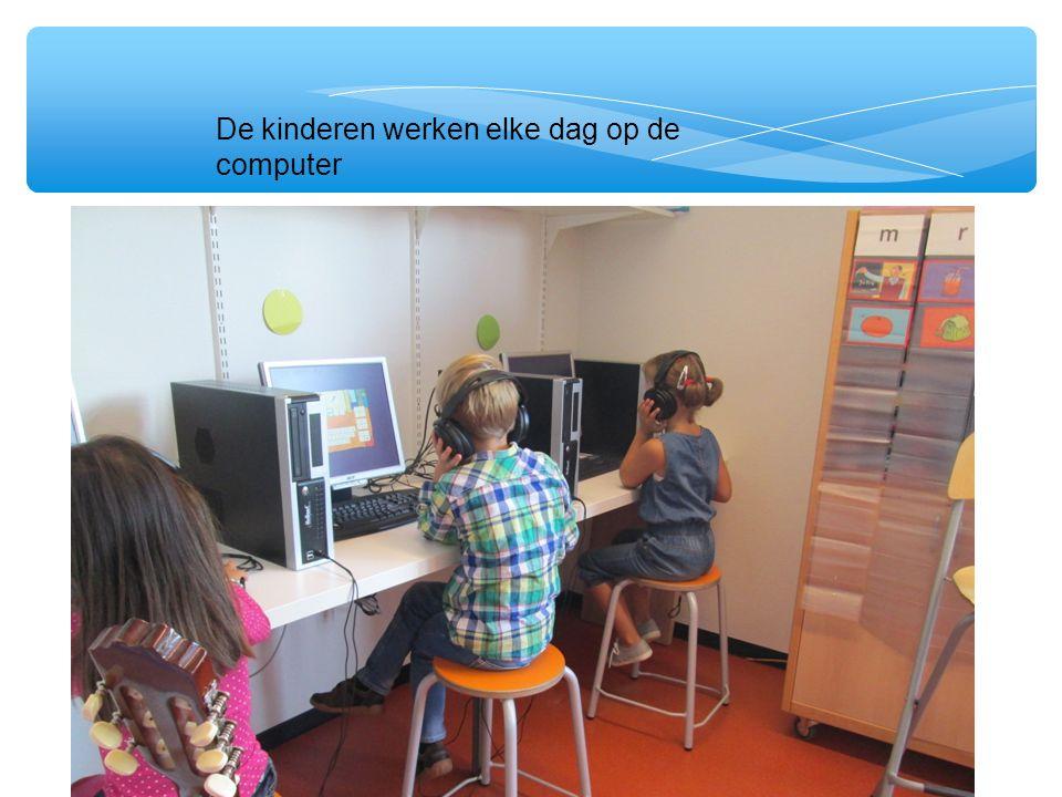 De kinderen werken elke dag op de computer