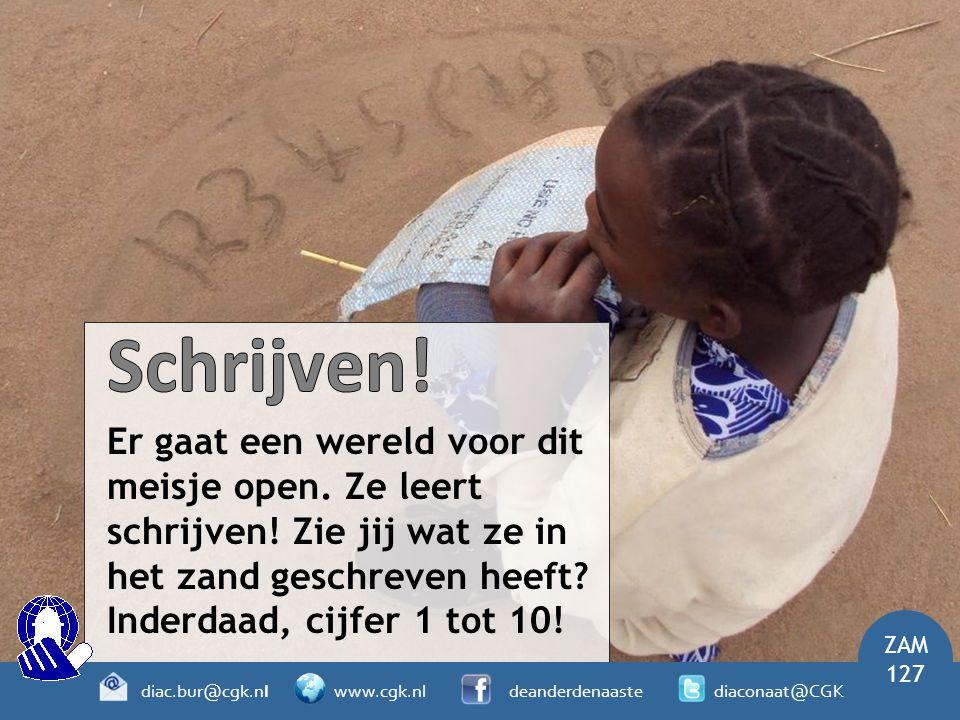 Schrijven! Er gaat een wereld voor dit meisje open. Ze leert schrijven! Zie jij wat ze in het zand geschreven heeft Inderdaad, cijfer 1 tot 10!