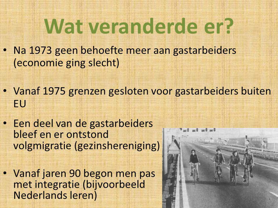 Wat veranderde er Na 1973 geen behoefte meer aan gastarbeiders (economie ging slecht) Vanaf 1975 grenzen gesloten voor gastarbeiders buiten EU.