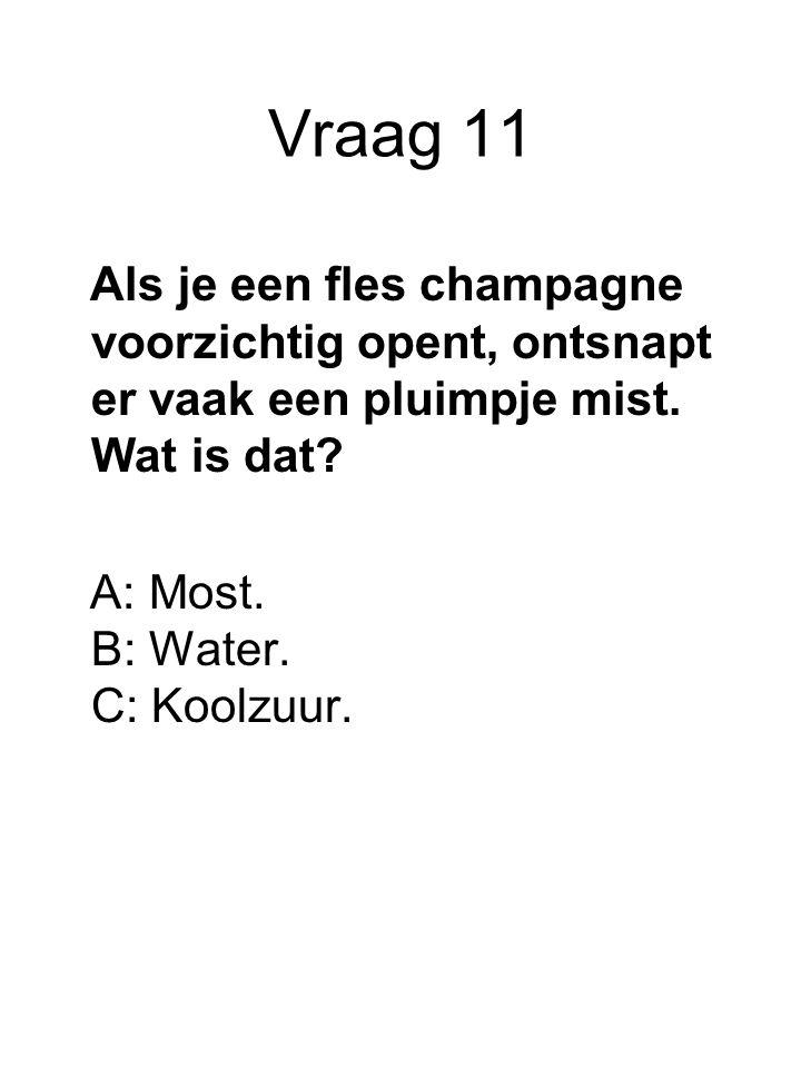 Vraag 11 Als je een fles champagne voorzichtig opent, ontsnapt er vaak een pluimpje mist. Wat is dat