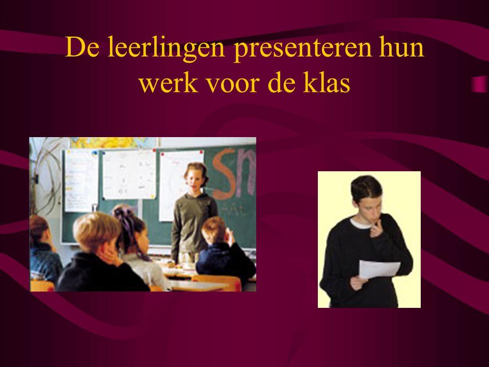 De leerlingen presenteren hun werk voor de klas