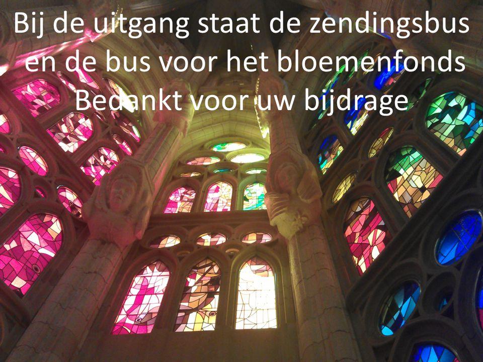 Bij de uitgang staat de zendingsbus en de bus voor het bloemenfonds