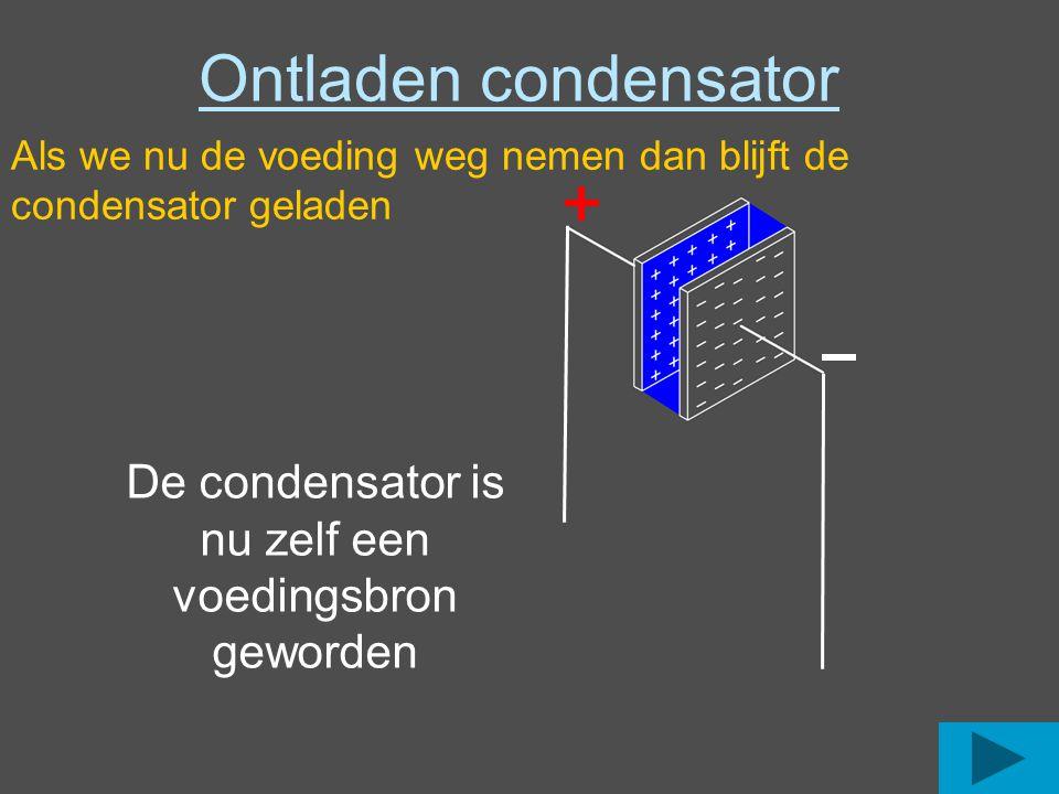 De condensator is nu zelf een voedingsbron geworden