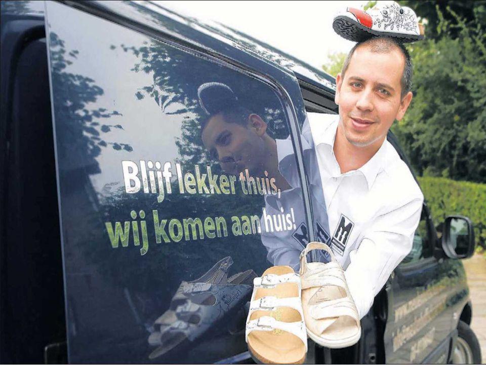 distributievormen Carlo Meulenhoff in zijn mobiele winkel vol sandalen en pantoffels. De pantoffels komen naar je toe.