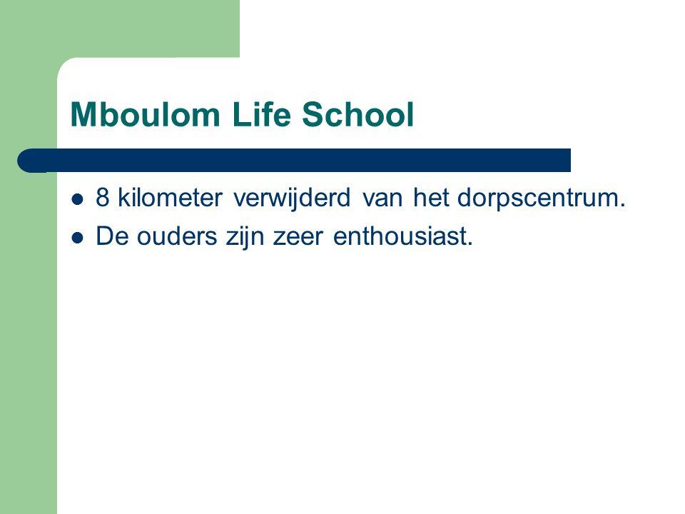 Mboulom Life School 8 kilometer verwijderd van het dorpscentrum.