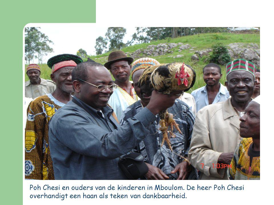 Poh Chesi en ouders van de kinderen in Mboulom