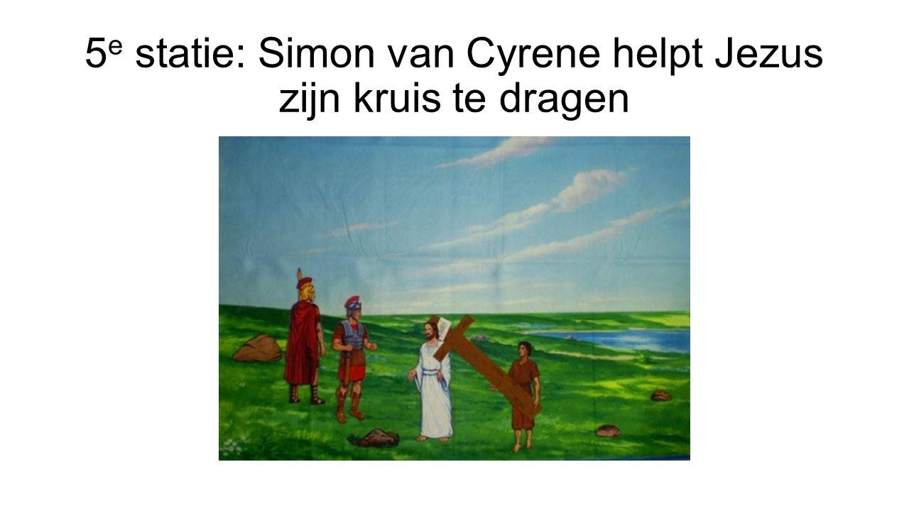 5e statie: Simon van Cyrene helpt Jezus zijn kruis te dragen