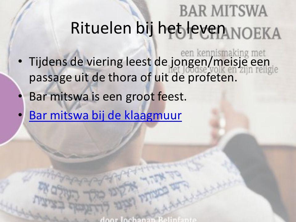 Rituelen bij het leven Tijdens de viering leest de jongen/meisje een passage uit de thora of uit de profeten.