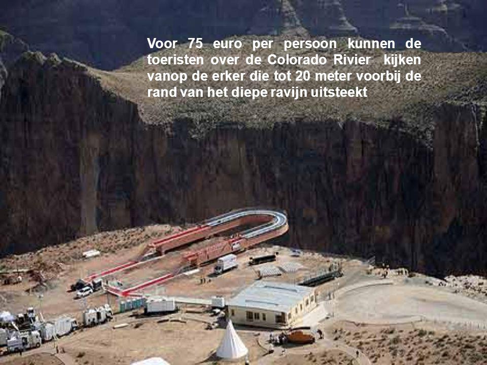 Voor 75 euro per persoon kunnen de toeristen over de Colorado Rivier kijken vanop de erker die tot 20 meter voorbij de rand van het diepe ravijn uitsteekt