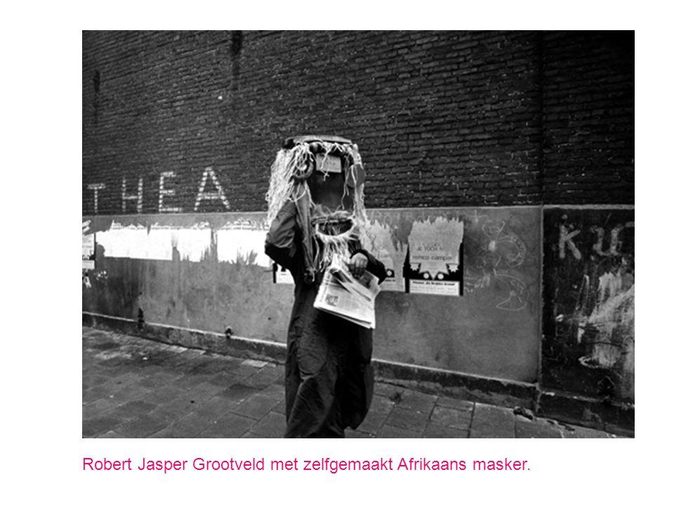 Robert Jasper Grootveld met zelfgemaakt Afrikaans masker.