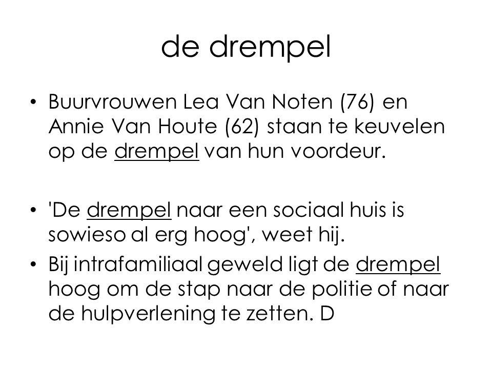 de drempel Buurvrouwen Lea Van Noten (76) en Annie Van Houte (62) staan te keuvelen op de drempel van hun voordeur.