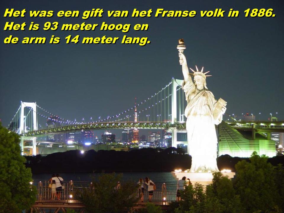 Het was een gift van het Franse volk in 1886. Het is 93 meter hoog en