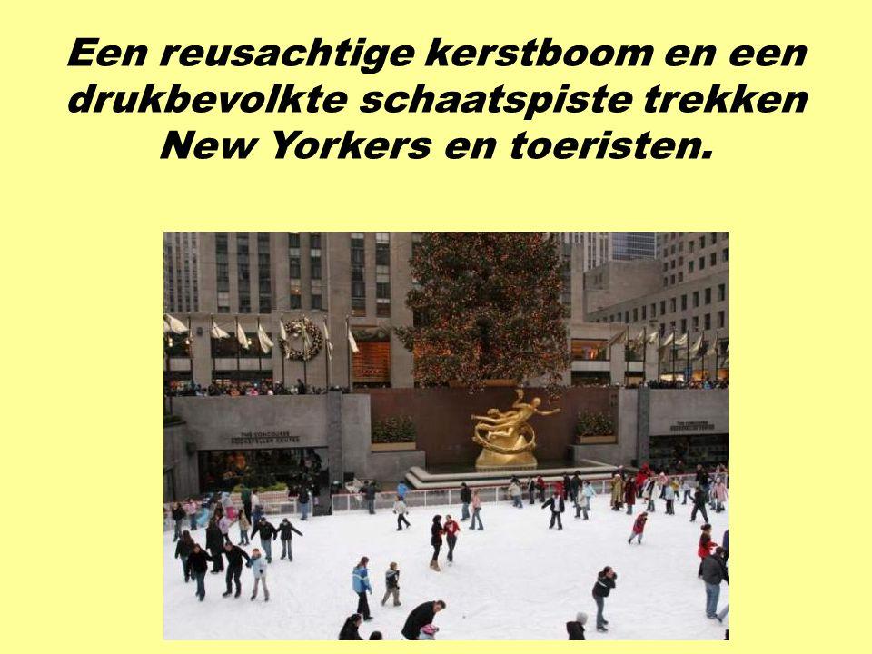 Een reusachtige kerstboom en een drukbevolkte schaatspiste trekken New Yorkers en toeristen.