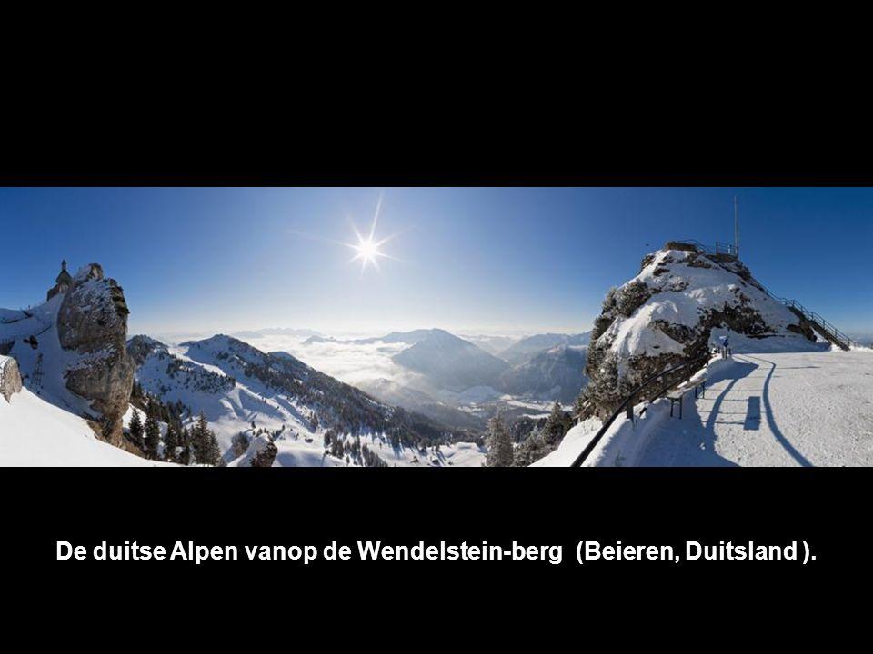 De duitse Alpen vanop de Wendelstein-berg (Beieren, Duitsland ).