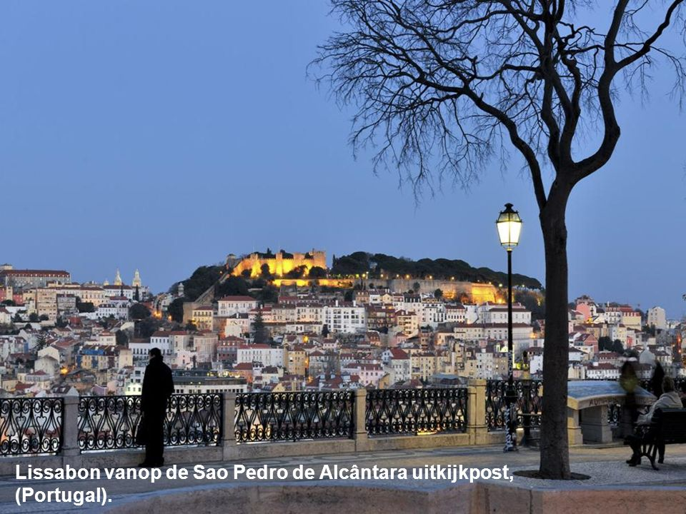 Lissabon vanop de Sao Pedro de Alcântara uitkijkpost, (Portugal).