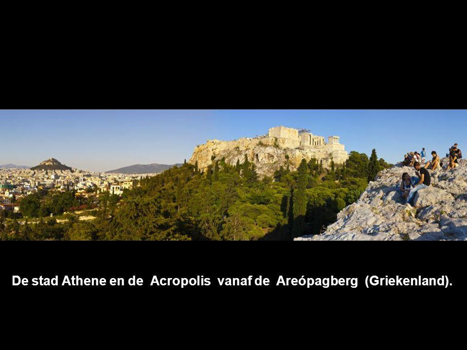 De stad Athene en de Acropolis vanaf de Areópagberg (Griekenland).