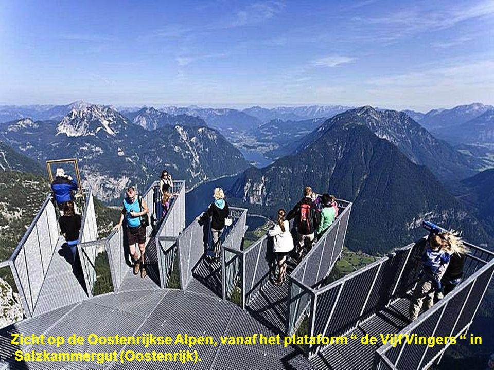 Zicht op de Oostenrijkse Alpen, vanaf het plataform de Vijf Vingers in