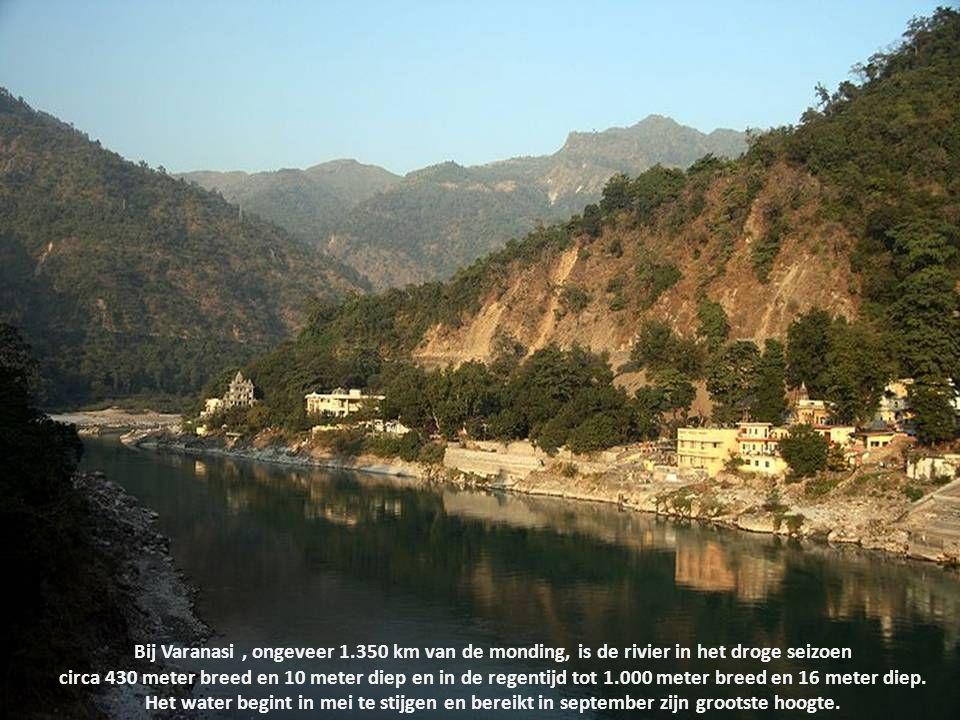 Bij Varanasi , ongeveer 1.350 km van de monding, is de rivier in het droge seizoen