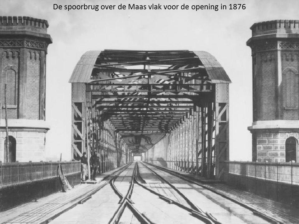 De spoorbrug over de Maas vlak voor de opening in 1876