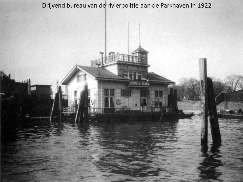 Drijvend bureau van de rivierpolitie aan de Parkhaven in 1922