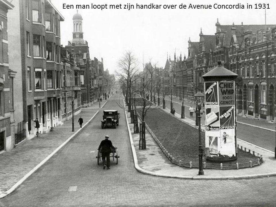Een man loopt met zijn handkar over de Avenue Concordia in 1931