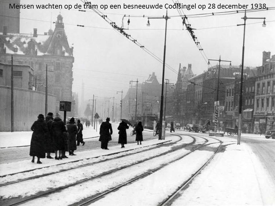 Mensen wachten op de tram op een besneeuwde Coolsingel op 28 december 1938