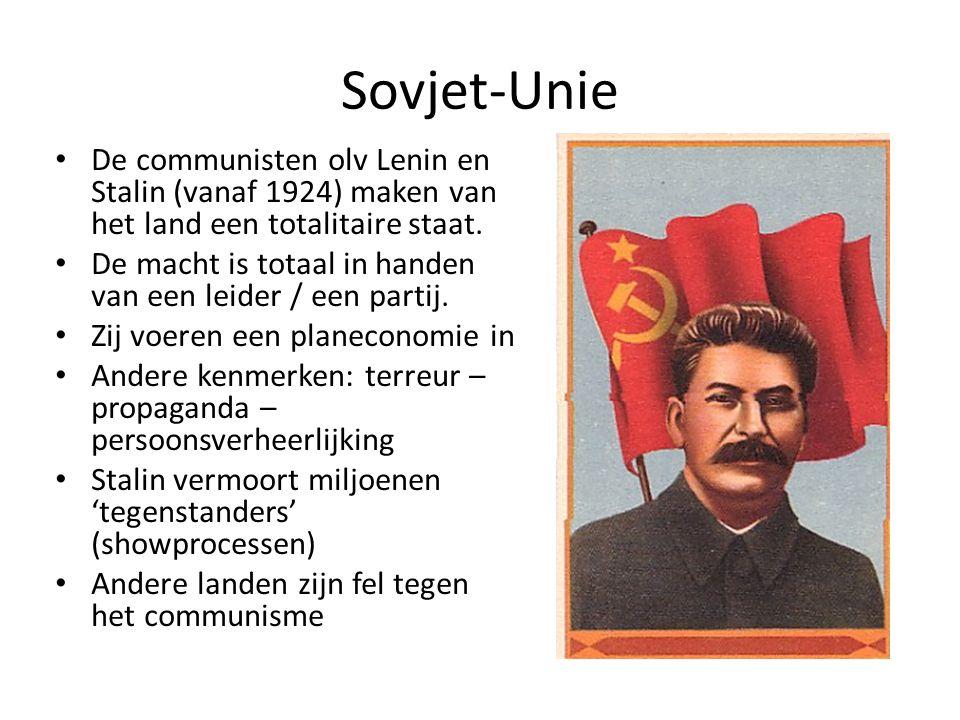 Sovjet-Unie De communisten olv Lenin en Stalin (vanaf 1924) maken van het land een totalitaire staat.