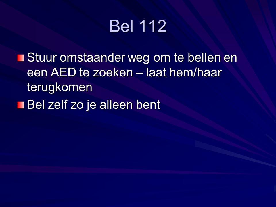 Bel 112 Stuur omstaander weg om te bellen en een AED te zoeken – laat hem/haar terugkomen.