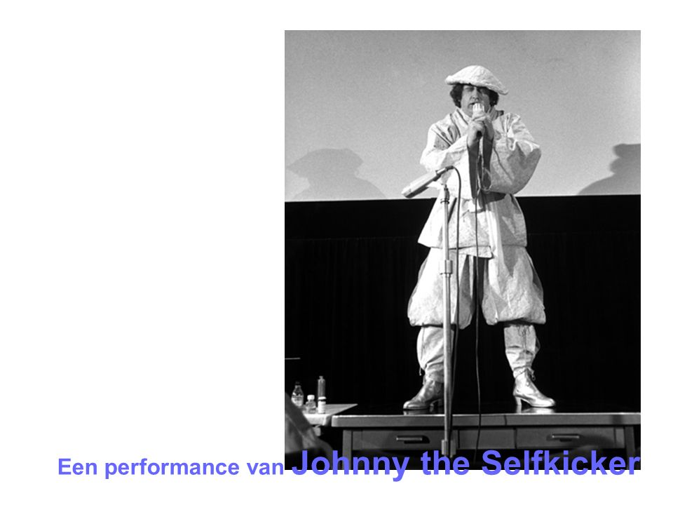 Een performance van Johnny the Selfkicker