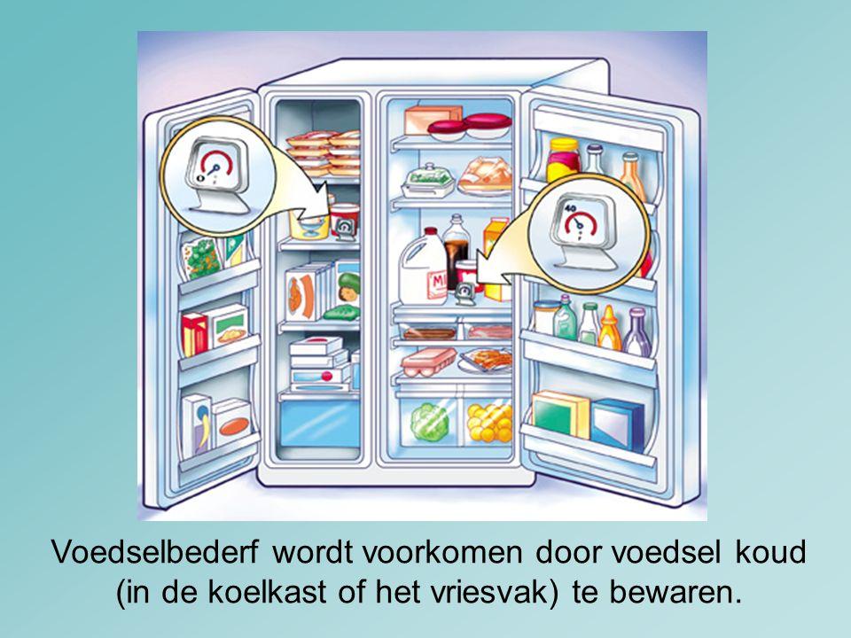 Voedselbederf wordt voorkomen door voedsel koud (in de koelkast of het vriesvak) te bewaren.