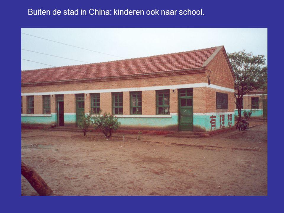 Buiten de stad in China: kinderen ook naar school.