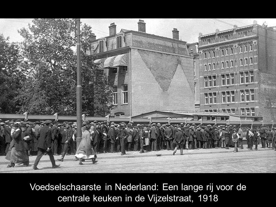 Voedselschaarste in Nederland: Een lange rij voor de centrale keuken in de Vijzelstraat, 1918