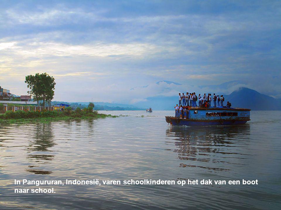 In Pangururan, Indonesië, varen schoolkinderen op het dak van een boot
