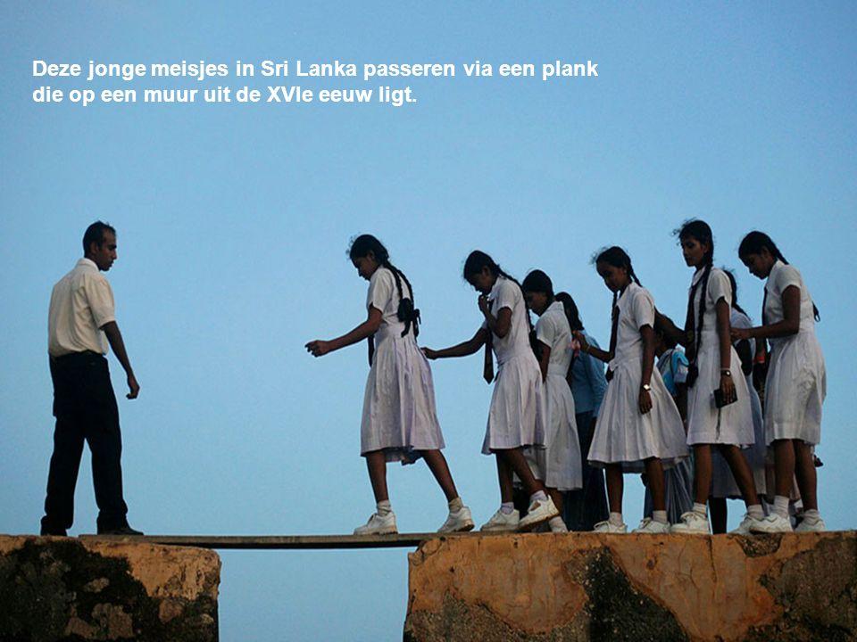 Deze jonge meisjes in Sri Lanka passeren via een plank
