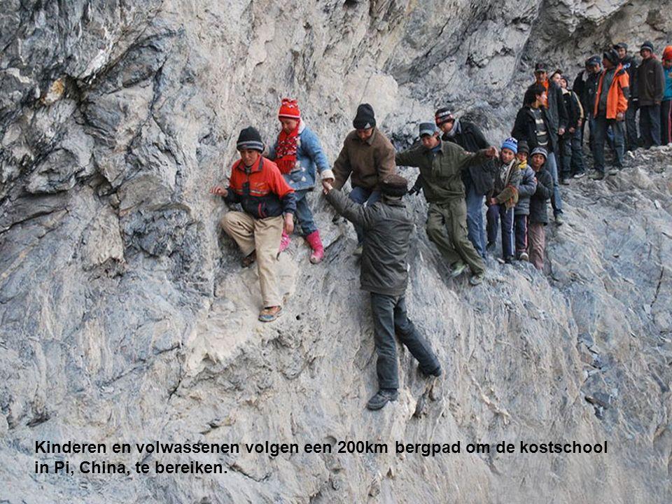 Kinderen en volwassenen volgen een 200km bergpad om de kostschool