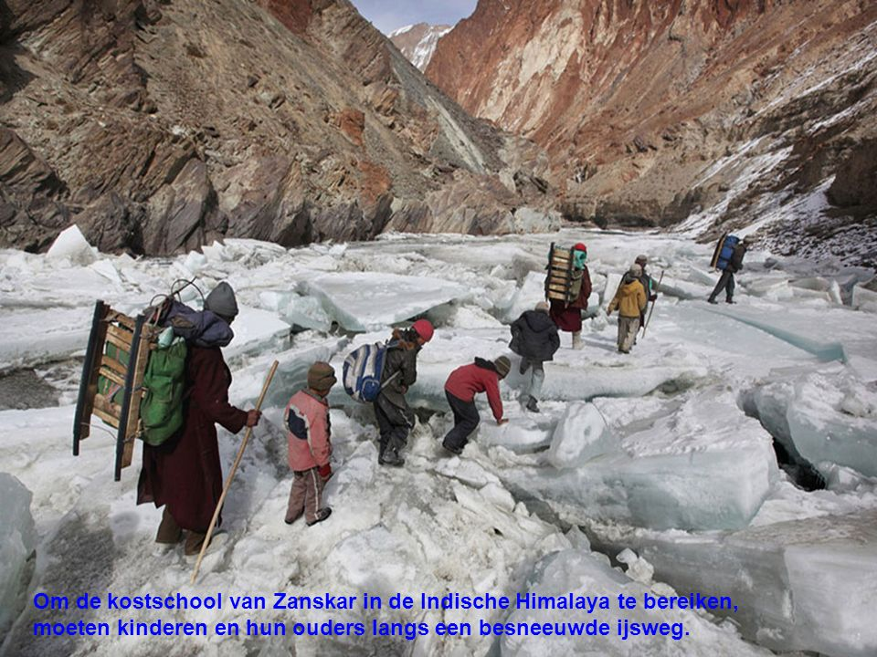 Om de kostschool van Zanskar in de Indische Himalaya te bereiken,