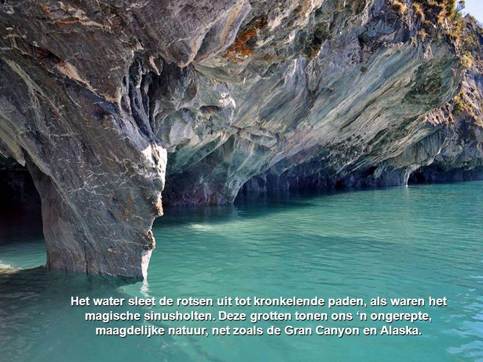 Het water sleet de rotsen uit tot kronkelende paden, als waren het magische sinusholten. Deze grotten tonen ons 'n ongerepte, maagdelijke natuur, net zoals de Gran Canyon en Alaska.