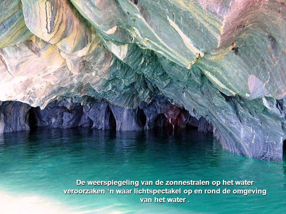 De weerspiegeling van de zonnestralen op het water veroorzaken 'n waar lichtspectakel op en rond de omgeving van het water .