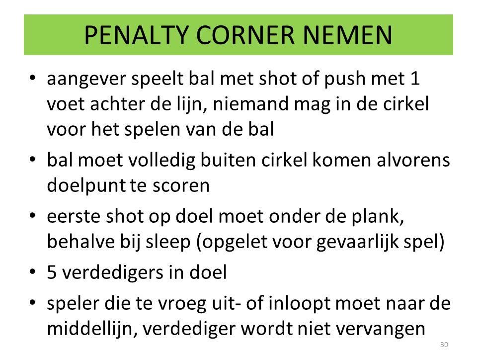 PENALTY CORNER NEMEN aangever speelt bal met shot of push met 1 voet achter de lijn, niemand mag in de cirkel voor het spelen van de bal.